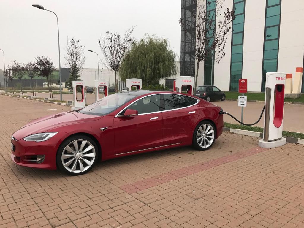 Tesla Model S 100D impegnata durante una ricarica